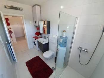 Koupelna a WC. - Prodej bytu 2+1 v osobním vlastnictví 52 m², Privlaka