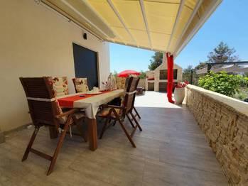 Posezení na terase a krb. - Prodej bytu 2+1 v osobním vlastnictví 52 m², Privlaka