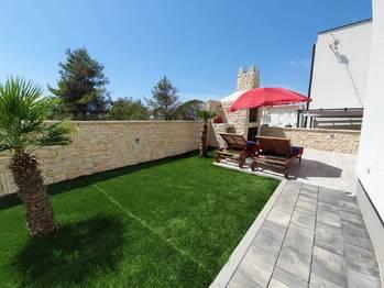 Zadní terasa a krb. - Prodej bytu 2+1 v osobním vlastnictví 52 m², Privlaka