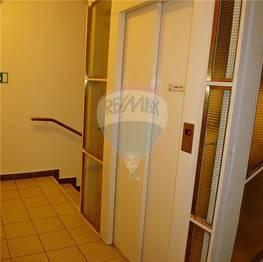 Výtah + centrální schodiště - Pronájem kancelářských prostor 124 m², Broumov
