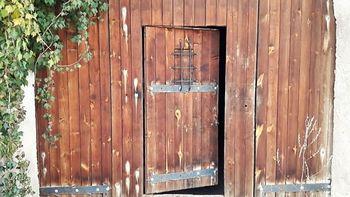 Vstupní dveře. - Prodej zemědělského objektu 6900 m², Krásná