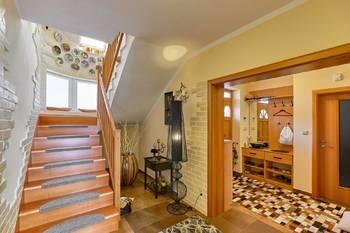 Chodba se schodištěm - Prodej domu 251 m², Římov