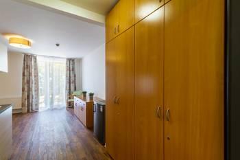 Vestavěné skříně ve vstupní předsíni - Pronájem bytu 1+kk v osobním vlastnictví 52 m², Praha 5 - Slivenec