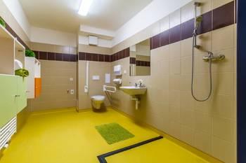 Koupelna s toaletou a sprchovým koutem - Pronájem bytu 1+kk v osobním vlastnictví 52 m², Praha 5 - Slivenec