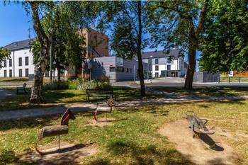 Pohled na domov z parku - Pronájem bytu 1+kk v osobním vlastnictví 52 m², Praha 5 - Slivenec