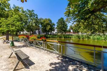 Rybník na návsi před domovem - Pronájem bytu 1+kk v osobním vlastnictví 52 m², Praha 5 - Slivenec