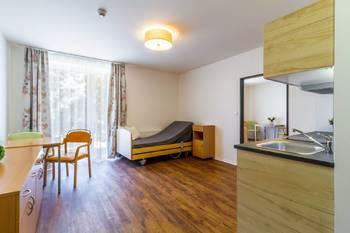 Pohled na obývací pokoj ze vstupní předsíně - Pronájem bytu 2+kk v osobním vlastnictví 52 m², Praha 5 - Slivenec