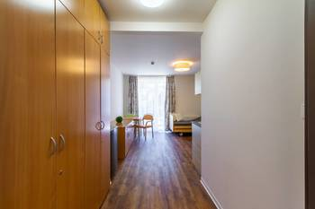 Vstupní předsíň s vestavěnými skříněmi - Pronájem bytu 2+kk v osobním vlastnictví 52 m², Praha 5 - Slivenec