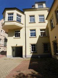 pohled na dům ze dvora - Pronájem kancelářských prostor 150 m², Jablonec nad Nisou
