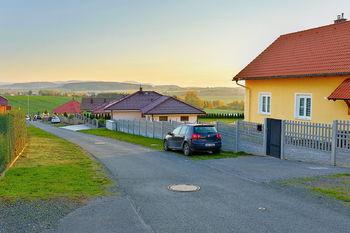 Sousední nová zástavba - Prodej pozemku 10600 m², Čermná
